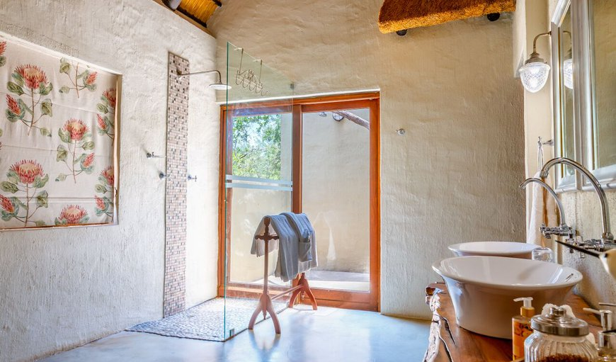 Shikwari Wild Fig Bathroom - view of indoor & outdoor showers