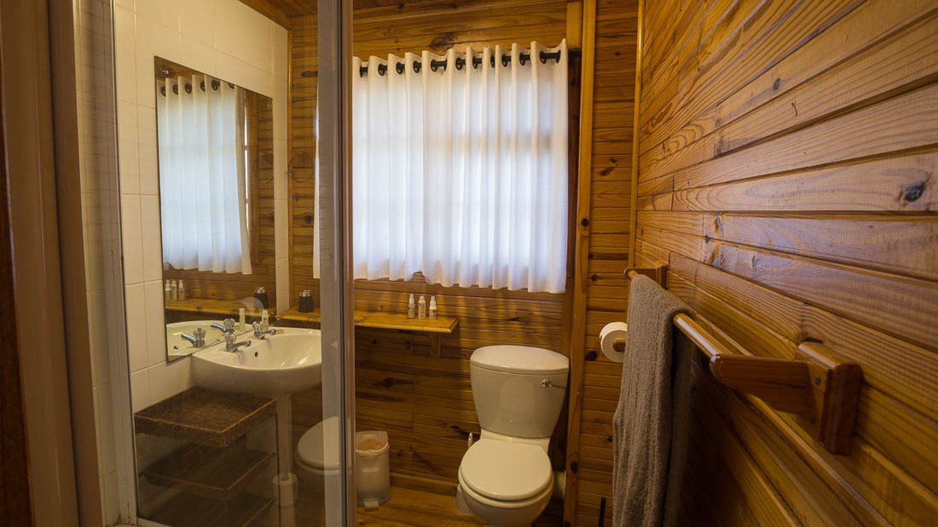 The big tree house lodge in upper old place knysna best price guaranteed - Tree house bathroom ...