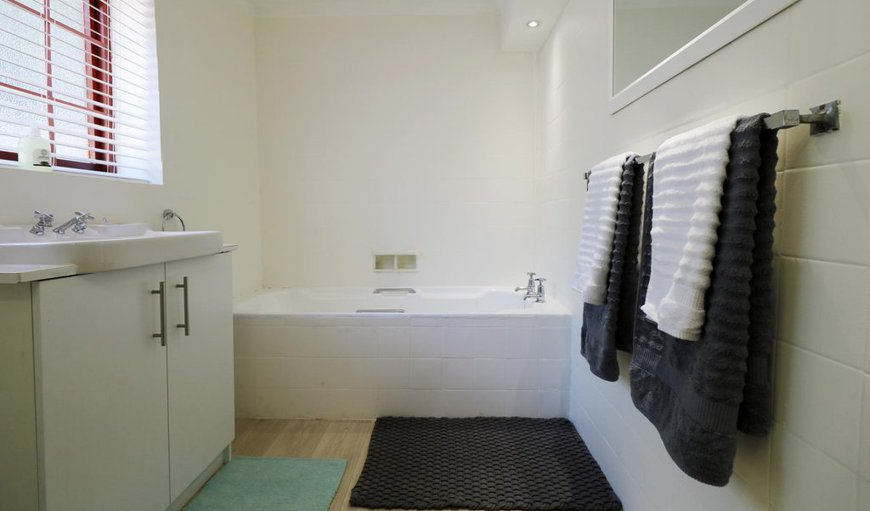Oceana Beach house- Main bedroom with en-suite bathroom, plus one bathroom with shower and bathtub for the other rooms.