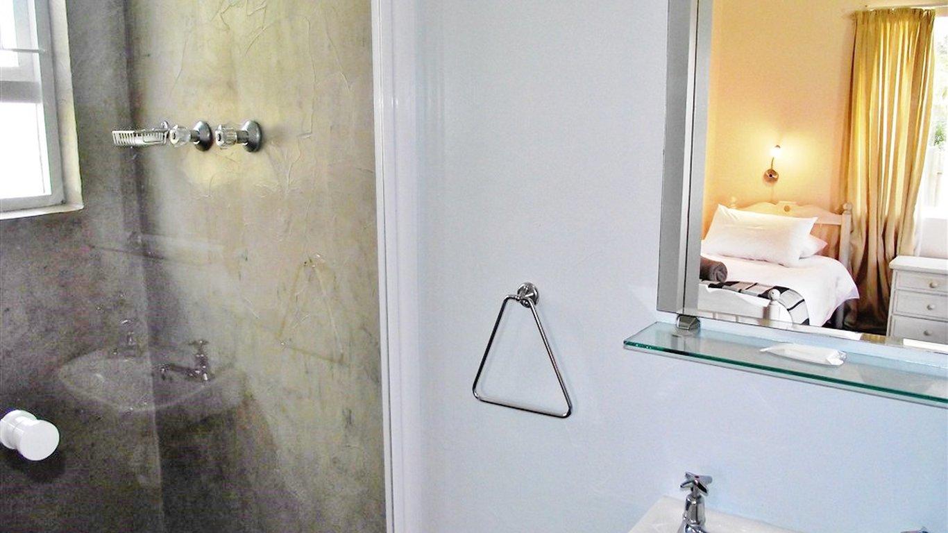 En Suite Bathroom With Separate Toilet: Sedgefield In The Island, Sedgefield