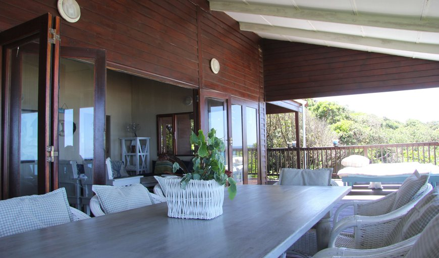 Mar Azul 6 is situated on Mar Azul Estate in Ponta Malongane and features a furnished deck.