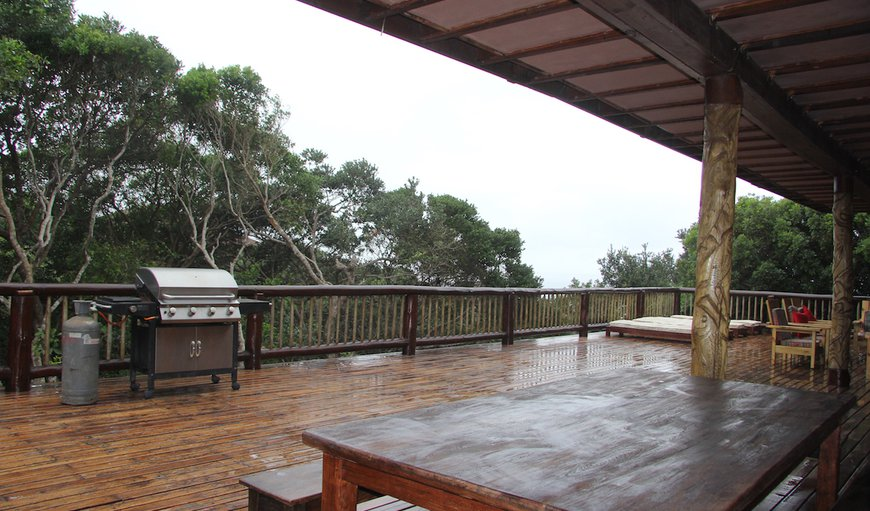 Mar Azul 16 is situated on Mar Azul Estate in Ponta Malongane and features a large outside wooden deck.