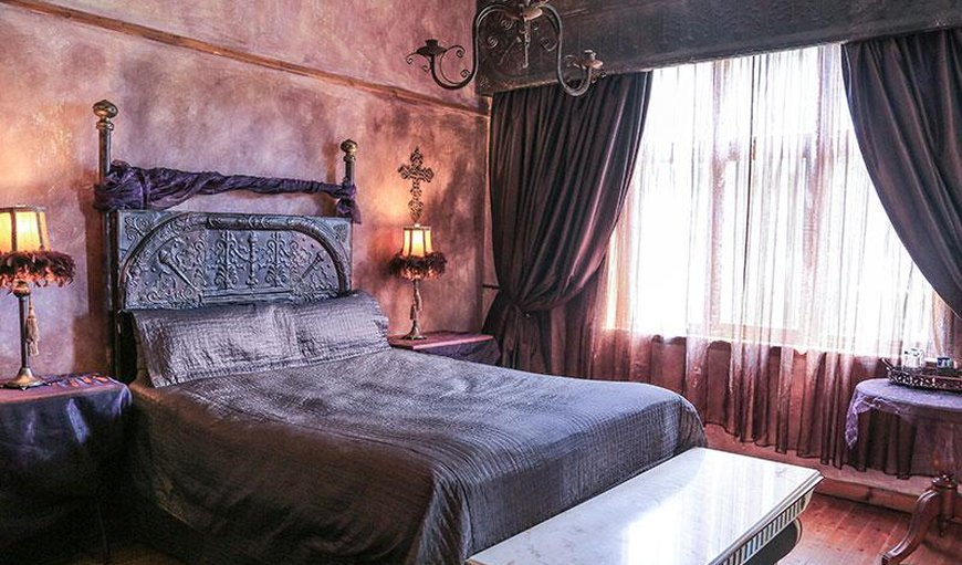 Double room with queen size bed.