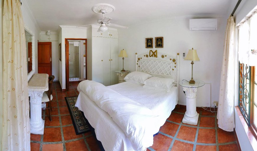 Double room with queen size bed and en-suite bathroom.