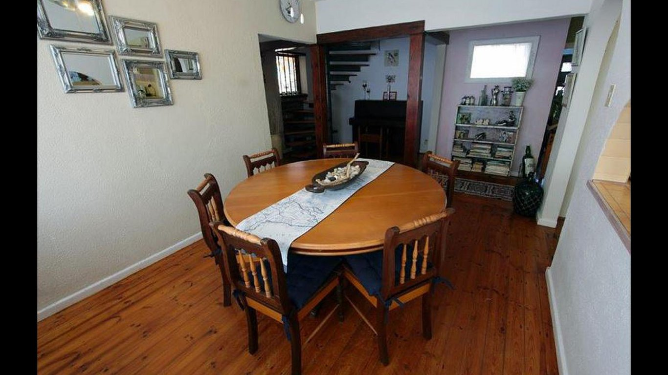 Giggling Gecko Guest House With A Dining Table And Chairs