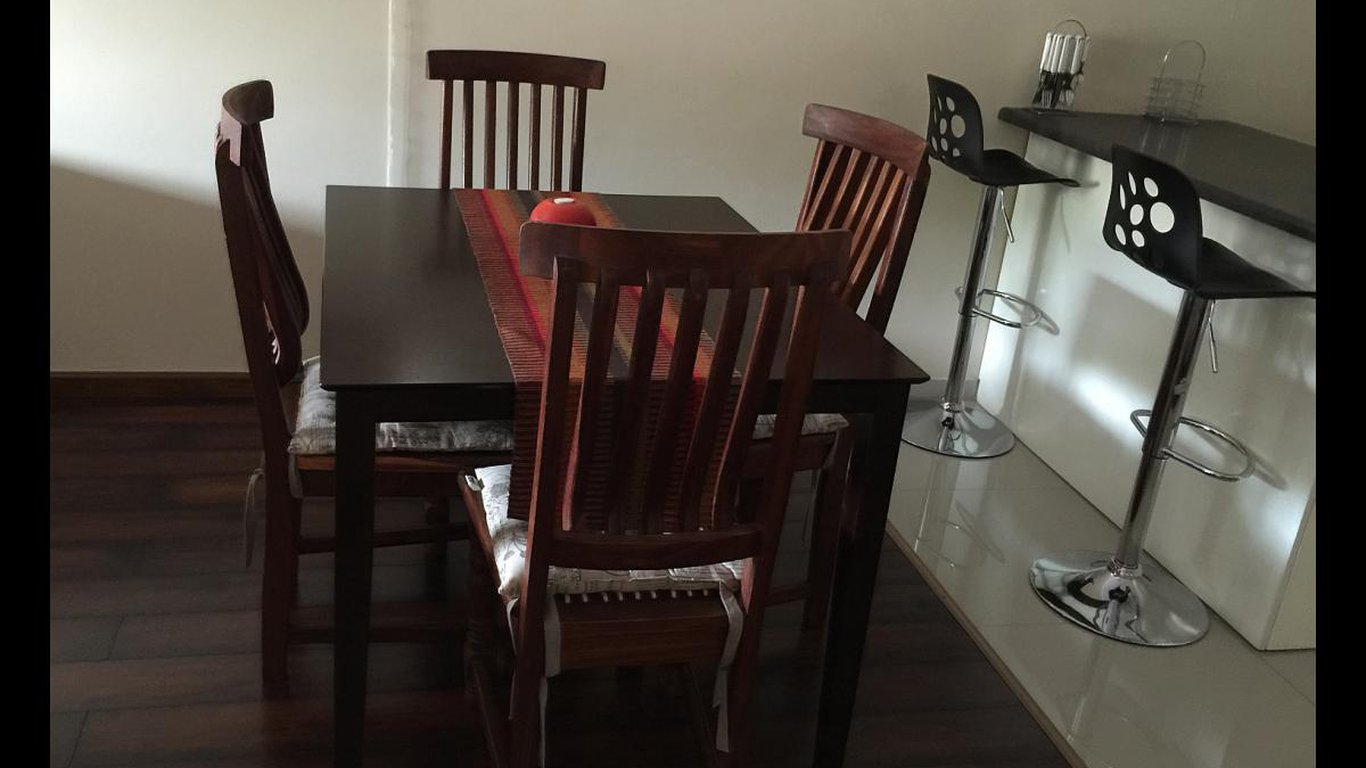 South 2 Sea Gonubie With A Dining Table And Chairs