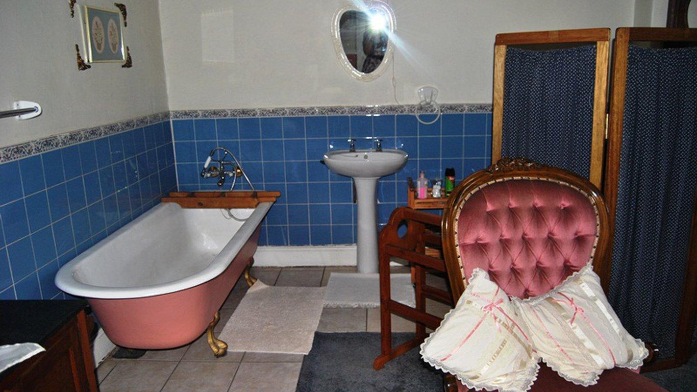 Guest En Suite Bathroom: Alec Wright Guest House In Potchefstroom