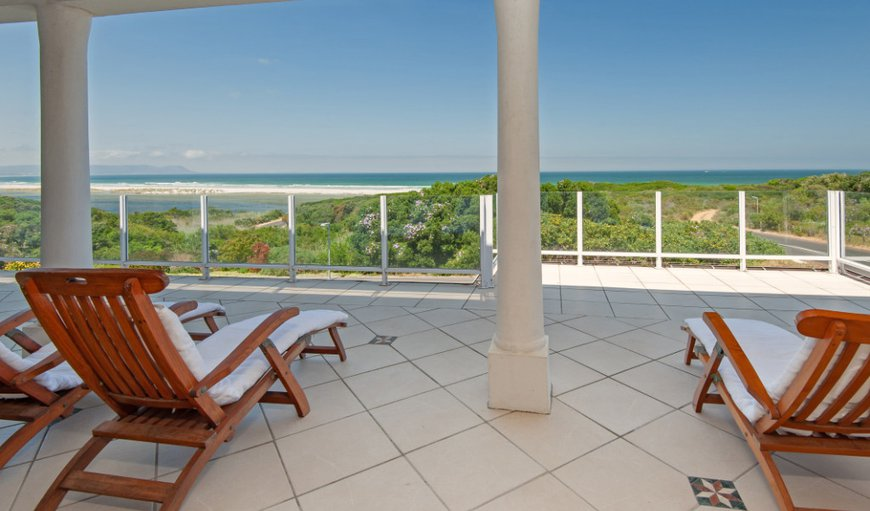 V1 Voëlklip is a stunning four bedroom holiday home with beautiful sea views situated in Hermanus.
