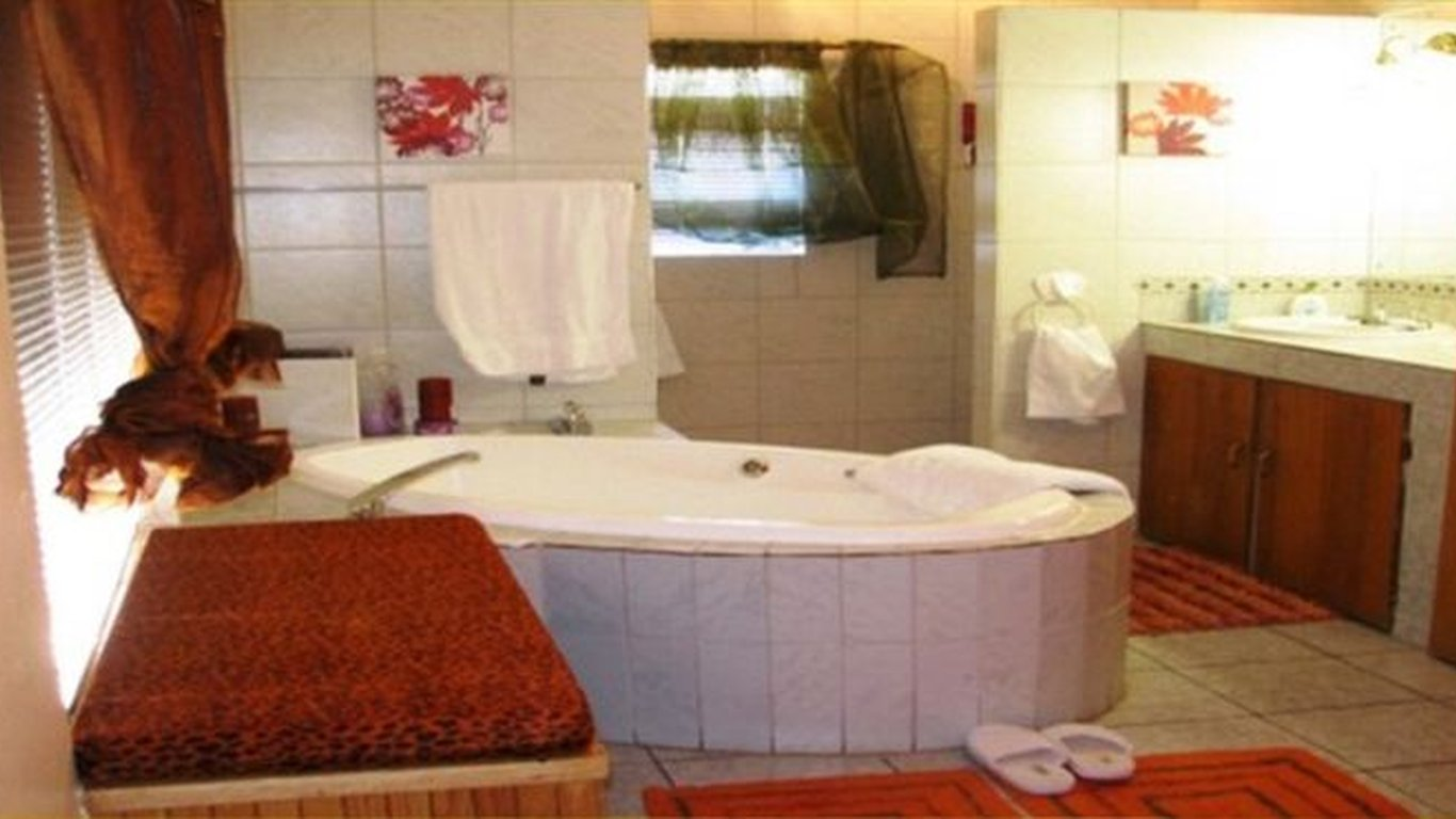 Guest En Suite Bathroom: Letona Guest House In Kuruman