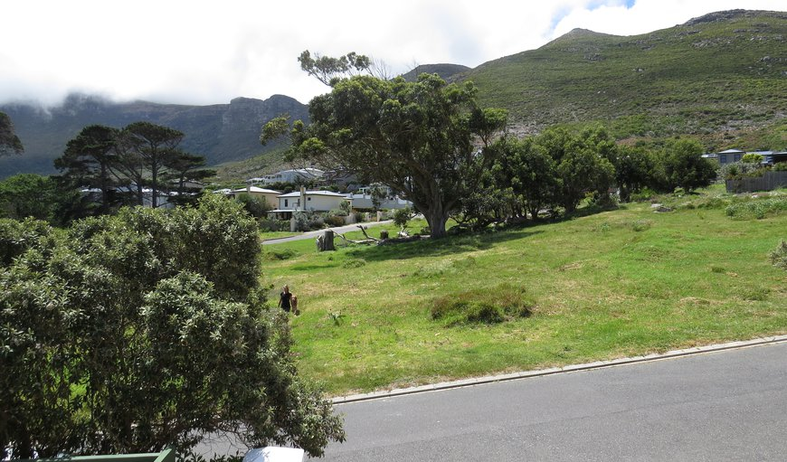 Brynbrook is a modern tastefully decorated two bedroom self-catering apartment situated in Noordhoek.