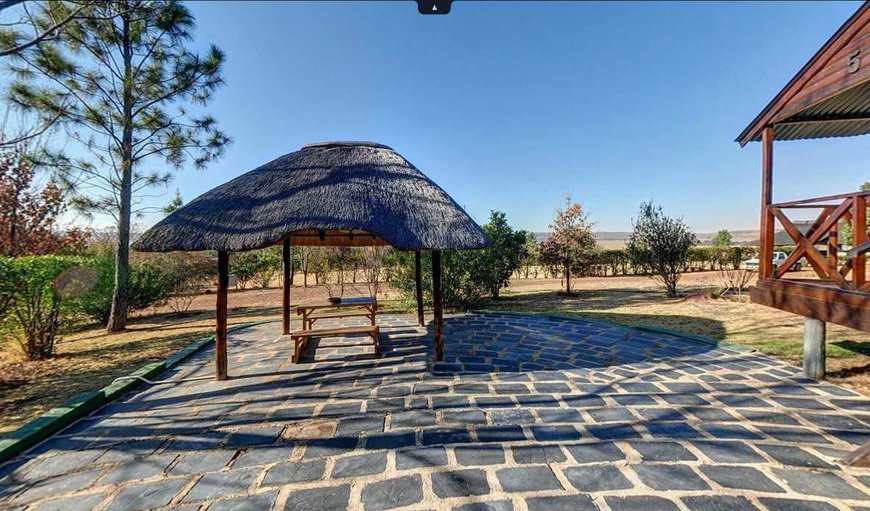 Cottage with outdoor dining table and braai facilities