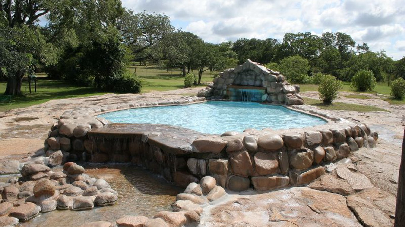 Pretoriuskop rest camp in central kruger park region for Camping sites with swimming pools