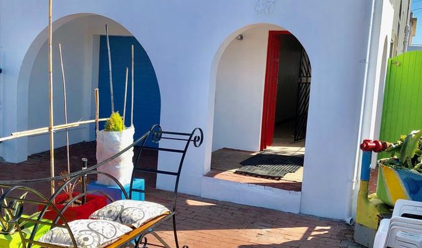 Cape Capsules Backpackers Muizenberg offers dormitory accommodation in lockable capsules or private family rooms and a communal outside area.