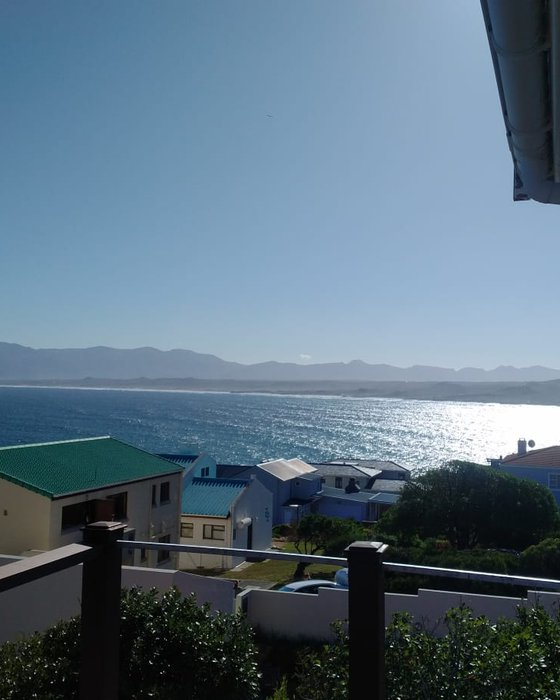 Large deck overlooking Walker Bay and mountains, great ocean views from 2 br, and living room