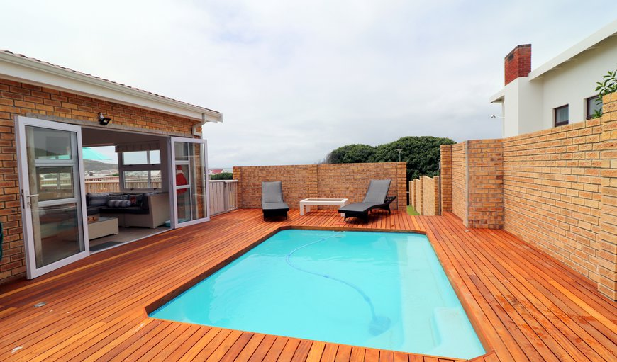 Tidal Pool has a amazing large deck with a weber and a swimming pool and also offer garden and ocean views