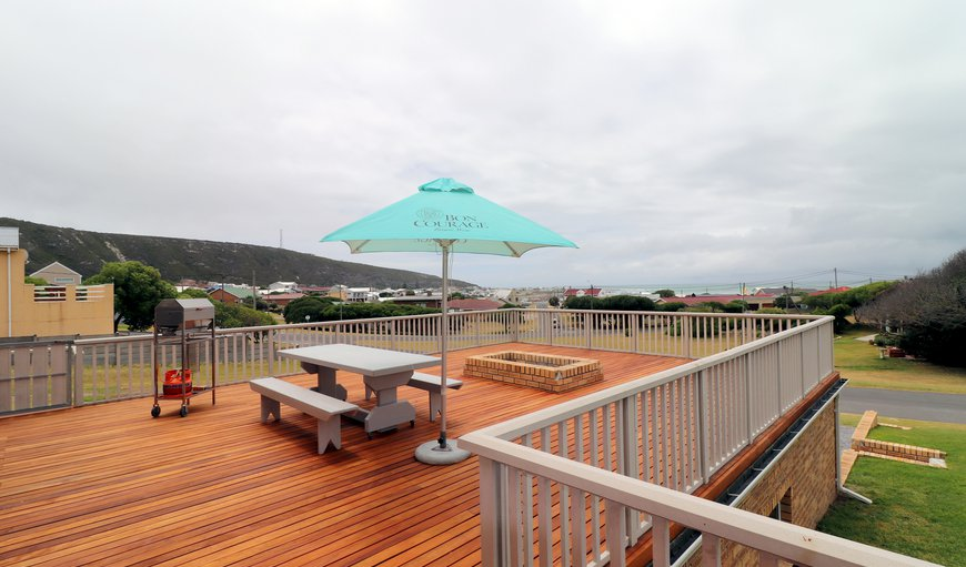 Tidal Pool has a amazing large deck with a weber and a swimming pool and also offer garden and ocean views in Cape Agulhas, Western Cape, South Africa
