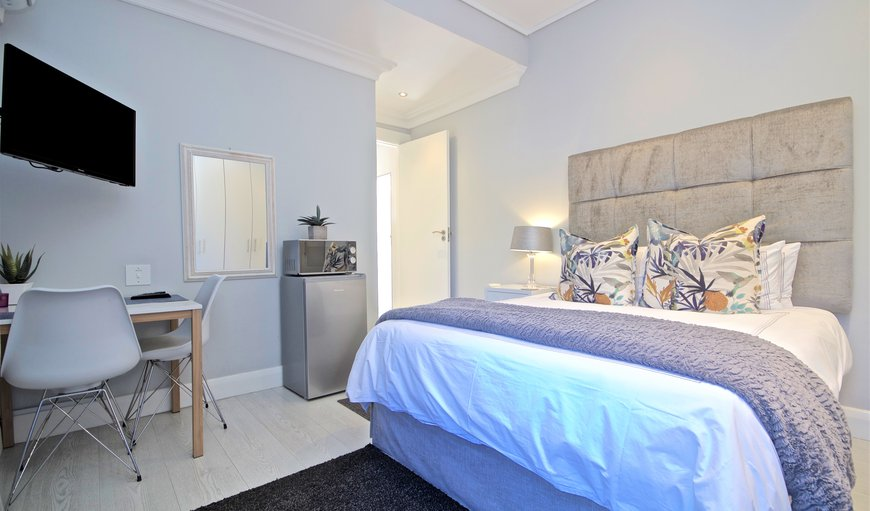 The room has a double bed in Sunset Beach, Cape Town, Western Cape, South Africa