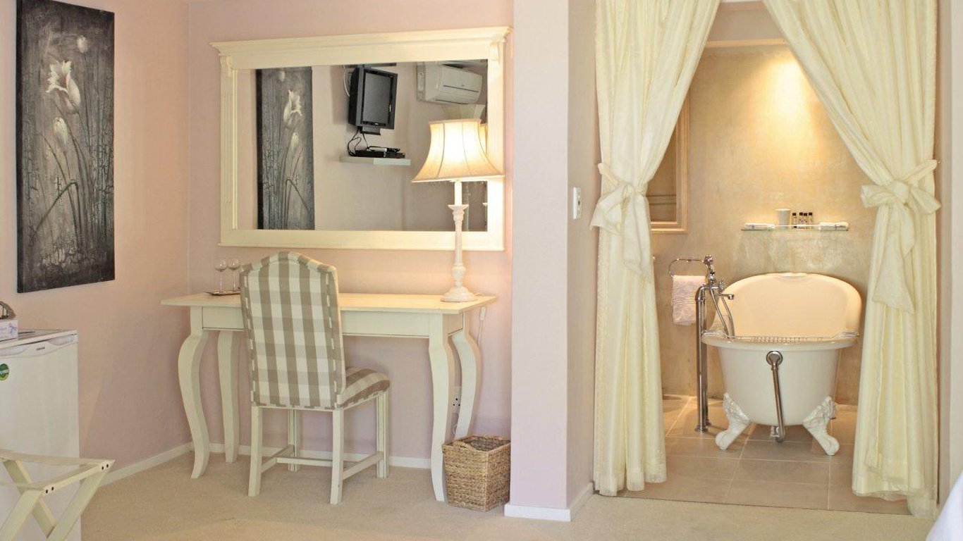 De langenhof guest house in riebeek west best price for Backyard guest house with bathroom